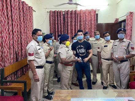 With the distribution of masks, Dr. Abhineet Gupta is setting a great example of humanity