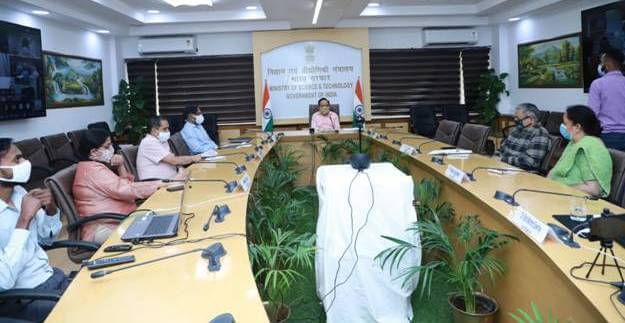 Dr. Harsh Vardhan chairs a meeting on COVID Appropriate Behaviour with Heads/Directors of Autonomous Institutions of DST and CSIR.